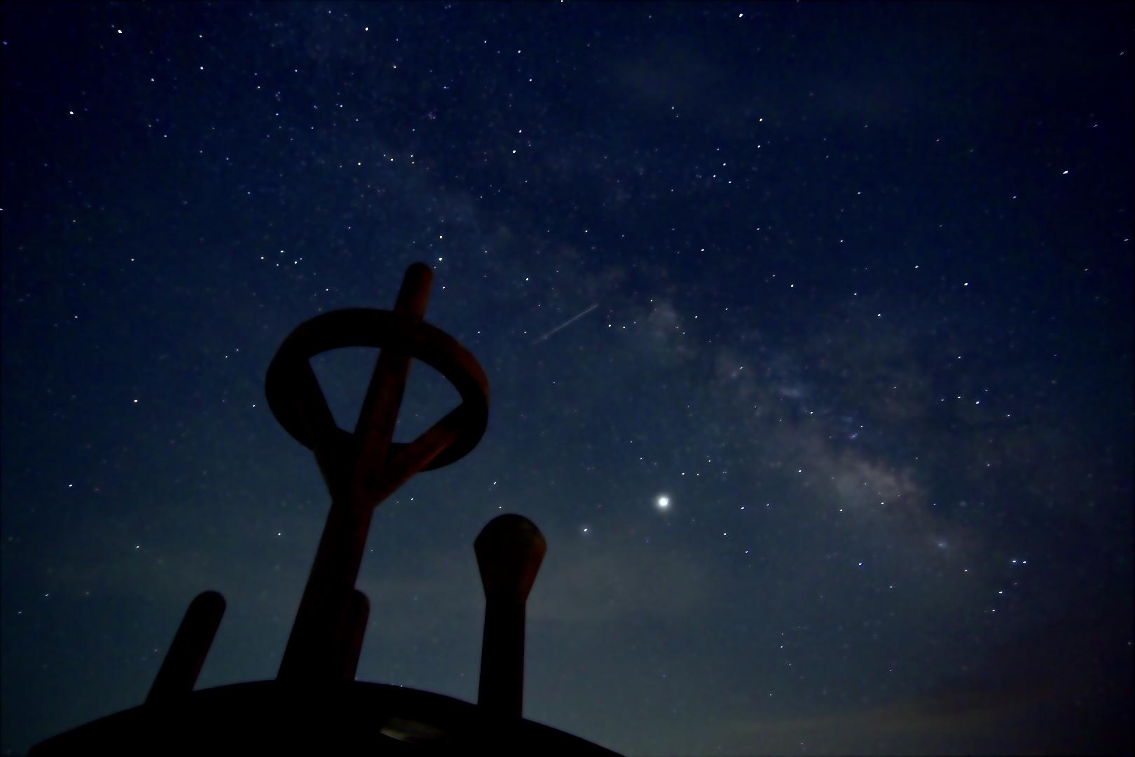 ペルセウス座流星群 本日ピーク!!の12日深夜から13日未明は、1時間に最大30個ほどの流れ星を見られる!? イメージ画像
