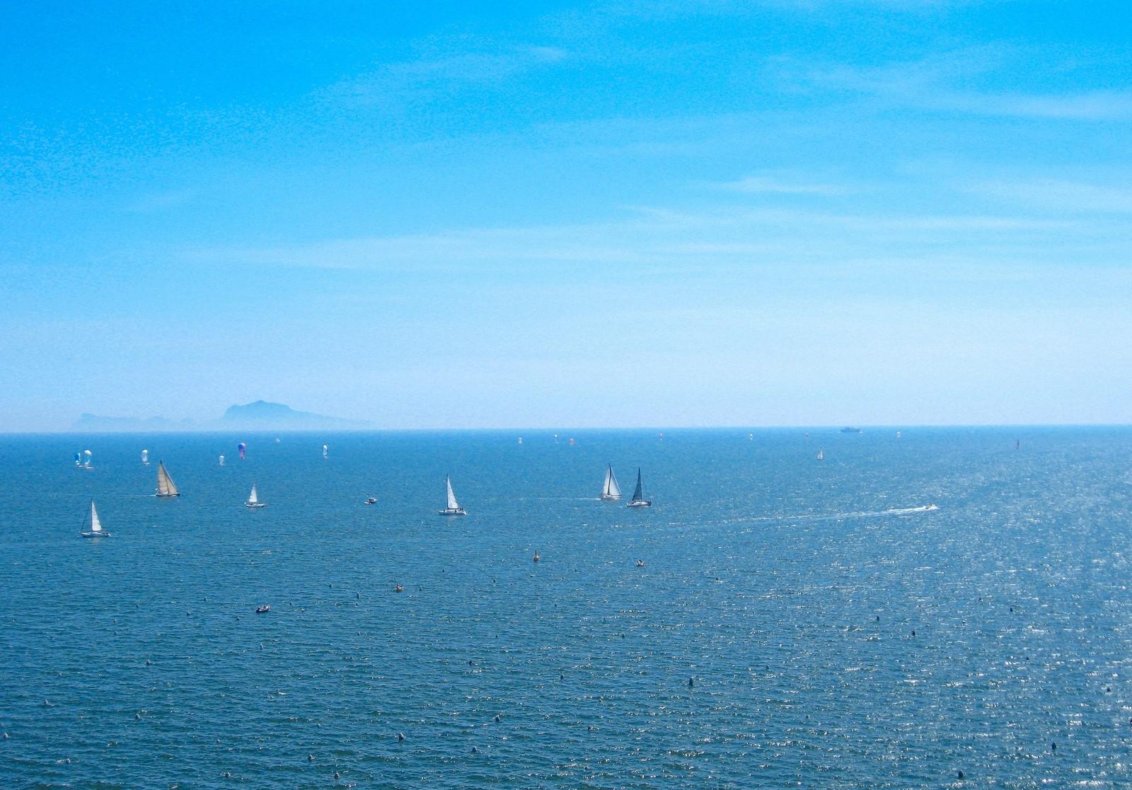 ヨットとふれあう体験帆走 期間  10月17日(土曜日)、10月18日(日曜日)申込締切  10月12日(月曜日)必着 イメージ画像